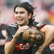 Der Stuttgarter Dreifachtorschütze Cacau (r) jubelt im Spiel gegen den 1. FC Köln mit Serdar Tasci (M).