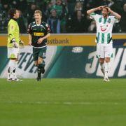Mönchengladbachs Marco Reus (2.v.l) freut sich nach dem Eigentor zum 0:1 durch Hannovers Karim Haggui (r), Torwart Florian Fromlowitz (l) und Christian Schulz sind fassungslos.