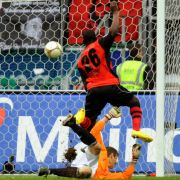 Der Frankfurter Juvhel Tsoumou erzielt gegen den Münchner Torwart Jörg Butt den 1:1-Ausgleich. Die Partie endete 2:1.