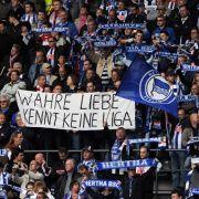 Fußball Bundesliga 34. Spieltag: Hertha BSC - FC Bayern München am Samstag (08.05.2010) im Olympiastadion in Berlin. Wahre Liebe kennt keine Liga steht auf einem Transparent, das Zuschauer hoch halten.