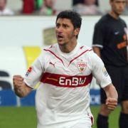 Der Stuttgarter Spieler Ciprian Marica (r) freut sich über seinen Treffer zum 2:2 Endstand. Links die Stuttgarter Spieler Cacau (l) und Julian Schieber (M)