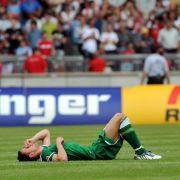 Der Wolfsburger Christian Gentner liegt nach der 1:4-Niederlage enttäuscht am Boden,