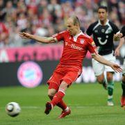 Arjen Robben vom FC Bayern schießt den Ball zum 5:0-Treffer.