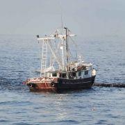 Experten versuchten das auslaufende Öl an der Meeresoberfläche mit schwimmenden Barrieren zu sammeln.