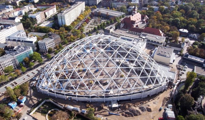 Imposant: Eine Luftbildaufnahme zeigt die Gondwanaland-Baustelle im Jahr 2009, das Primärtragwerk ist fertig gestellt. Am 30. Oktober 2009 war Richtfest.