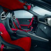 Einfach königlich: Schwarzes Interieur mit rotem Alcantara kombiniert, Schalensitze oder rote Öffnerschlaufen an den Türen - so muss ein limitierter Porsche ausehen.
