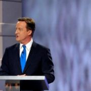... hatte sich im Wahlkampf mit dem bisherigen Premier Gordon Brown (r.) und dem Spitzenkandidaten der Liberaldemokraten, Nick Clegg (l.), auseinandersetzen müssen. Ganz gereicht ...