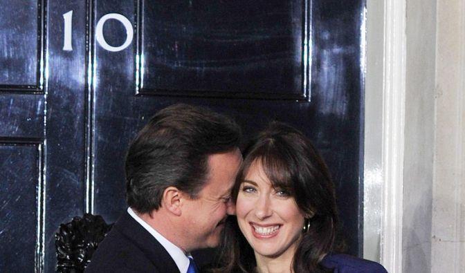 Am 11. Mai 2010 küsst David Cameron seine Frau Samantha an der Schwelle zur Downing Street Number 10, seinem künftigen Regierungssitz. Der neue britische Premierminister ...