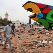Helfer bergen vor Ort Wrackteile des Airbus A330. Laut einem Sicherheitsvertreter des Flughafens sei das Flugzeug bei der Landung explodiert und wurde völlig zerstört.
