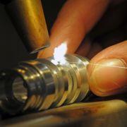Auch Metallteile lassen sich mit Laserstrahlen verschweißen. Angewendet wird das zum Beispiel in der Autoindustrie.