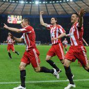 Torschütze Ivica Olic (l) jubelt mit seinen Mitspielern.