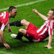 Der Münchener Ribéry (l) jubelt nach seinem Treffer zum 3:0 mit Ivica Olic (r).