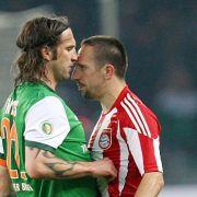 Bremens Torsten Frings (l) und Münchens Franck Ribéry geraten aneinander.
