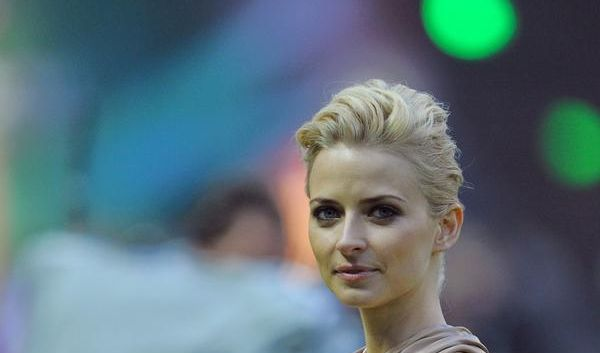 Das Model Eva Padberg trägt vor Spielbeginn den Pokal in das Stadion.
