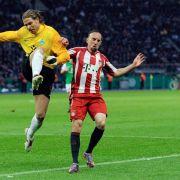 Münchens Ribéry und der Bremer Torwart Tim Wiese (l) kämpfen um den Ball.