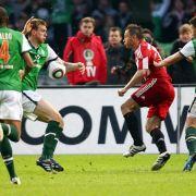Bremens Per Mertesacker (2.v.l.) spielt im Strafraum den Ball mit dem Unterarm.