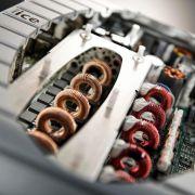 Der 750 Watt-Verstärker wiegt keine drei Kilogramm.