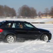 Auch für den Laien bleibt das SUV bei Schnee und Matsch beherrschbar  zahllosen elektrischen Assistenten sei Dank.
