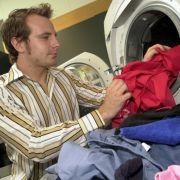 Die Kleidung am besten heiß waschen und diese danach getrennt von den anderen Anziehsachen aufbewahren  um sicherzugehen, dass die Eier und die schlüpfenden Parasiten sicher tot sind.