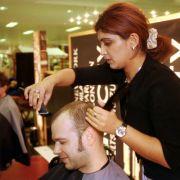 Ein radikales, aber für die Zukunft prophylaktisches Mittel: Zum Friseur gehen und ab mit den Haaren.