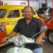 Autofetischist Dezer ist nun fast 70 und immer noch sammelwütig. Auch Motorroller gehören zu den Objekten seiner Begierde.