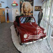 Marylin grüßt: Schnuckeliges, rotes Renault 4CV Cabrio.