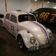 Ist das nicht Herbie? Der gestretchte VW Käfer mit der Startnummer 53 hat zumindest eine verblüffende Ähnlichkeit.