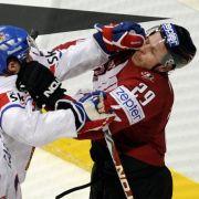 Tschechiens Kapitän Tomas Mojzis (Mitte) prügelt sich mit Kanadas Steven Ott.