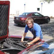 Mechaniker Andy Kinworthy kennt den Maserati und weiß an welchen Schräubchen er noch drehen muss, damit der Motor wieder richtig rund läuft.