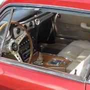 Tre elegante: Passend zur Lackierung in dunklem rotmetallic lockt der Sebring mit hellbeigen Lederstühlen und einem hölzernen Steuer.