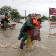 Ein Feuerwehrmann trug am Mittwoch ein Hochwasseropfer durch die überfluteten Straßen von Sandomierz in Polen.