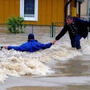 Gegenseitig halfen sich die Einwohner von Tarnobrzeg am Mittwoch aus dem Wasser.