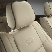Schickes Leder, Aluminium-Look und Echtholz sollen den Grand Cherokee in die Luxusklasse heben.