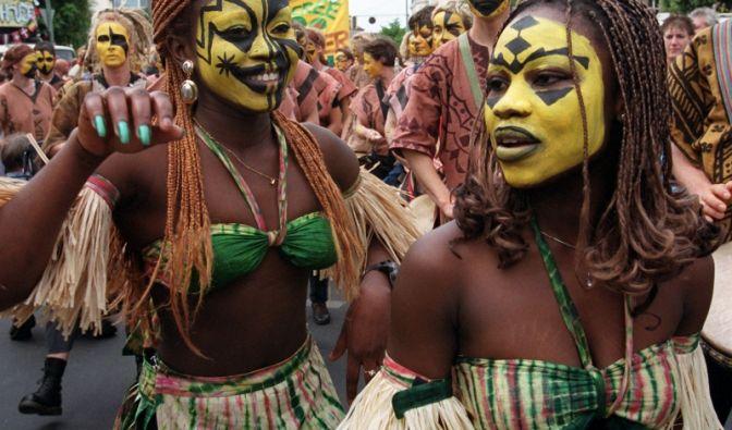 Auch bunt bemalte Bikini-Schönheiten wie diese beiden tanzen beim Karneval der Kulturen am Pfingstwochenende auf den Straßen des Berliner Bezirks Kreuzberg.
