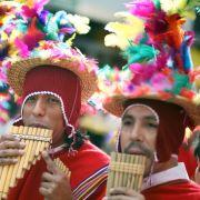 Farbenfroh mit Federn geschmückt mischten sich 2007 diese Peruaner mitten hinein in das tolle Treiben.