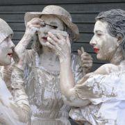 Wie lebendige Steine muteten die polnischen Tänzerinnen an, die 2009 mit durch die Berliner Straßen zogen.