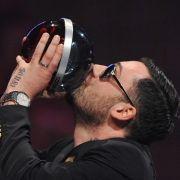 Überschwänglich knutscht Sido seinen Cometen. Er räumte in der Kategorie Bester Song für seinen Titel Hey Du ab.