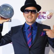 Der Nasenmann Jan Delay mit seiner Auszeichnung in der Kategorie Star der Stars.