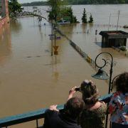 Aus sicherer Entfernung müssen die Anwohner im polnischen Torun zusehen, wie die Flutmassen ihre Stadt überschwemmen.