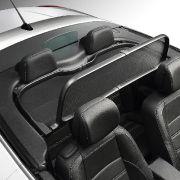 Windempfindliche Cabriofahrer können sich mit dem abnehmbaren Windschott hinter den Vordersitzen Abhilfe schaffen.