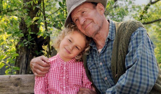 Theres fühlt sich bei ihrem Opa auf demLand wohl.