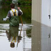 Wenige Tage nach Pfingsten hat das Hochwasser aus Polen Brandenburg erreicht. Sven Gumprecht steht am Donnerstag in einer Wathose im Hochwasser in Frankfurt (Oder).
