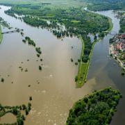 Vom Flugzeug aus wird am Mittwoch deutlich, wie weit die Oder schon über die Ufer getreten ist. Die höchsten Alarmstufe 4 wird in Ratzdorf ausgerufen.