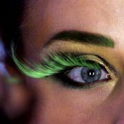 Wer es exzentrisch mag, kann sich künstliche Wimpernbögen in schrillen Farben aufkleben. Behandelt man sie behutsam und reinigt sie nach Anleitung, sind sie sogar mehrfach verwendbar.