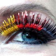 Bei der WM auf jeden Fall ein besonderer Hingucker: falsche Wimpern in den Deutschlandfarben Schwarz, Rot, Gold.