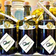 Manche Frauen setzten trotz aller Wimpernpflegeprodukte auf dem Markt doch lieber auf Olivenöl: Sie tragen es mit einem Wattestäbschen vorsichtig auf und lassen es einwirken, damit die Wimpern geschmeidig bleiben. Allerdings darf das Öl nicht ins Auge ger