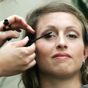 Wer Wimperntusche verwendet - wie hier die Hammerwerferin Kathrin Klaas -, kann verschiedene Effekte erzielen: längere, dichtere, voluminösere oder farbige Wimpern.