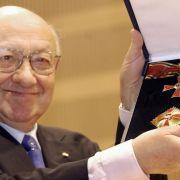 Im Jahr 2002 bekommt Reich-Ranicki das Große Verdienstkreuz mit Stern.