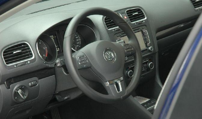 Im Cockpit herrscht beim Golf Tristesse. Hier zeigt sich der Passat edler und schicker.