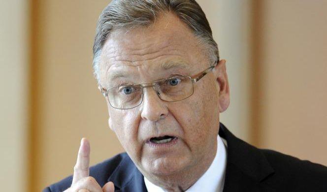Vielleicht schlägt die CSU Hans-Jürgen Papier vor. Der Staatsrechtler war bisher Präsident des Bundesverfassungsgerichtes und stünde zur Verfügung.